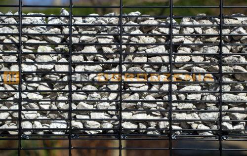 zbliżenie na kamień w wypełnieniu gabionowym